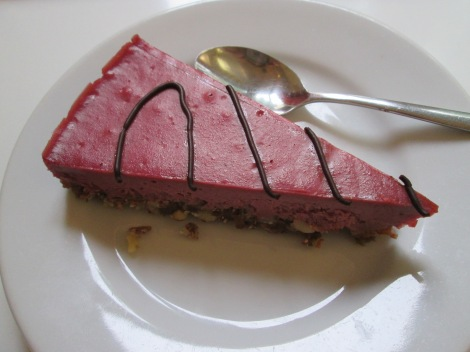 Strawberry cake, raw and gluten-free, from the Loving Hut.