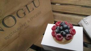 Fruit tart at gluten-free bakery Noglu.